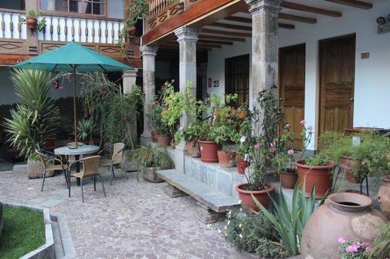 Hotel Rumi Punku: Vista lateral da parte externa do restaurante