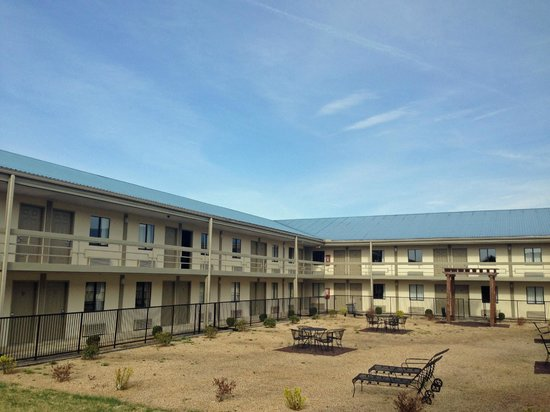 Super 8 - Monteagle TN: courtyard