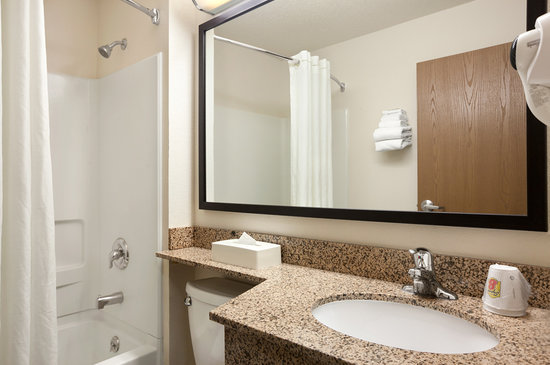 Super 8 Clearfield: GUEST BATHROOM