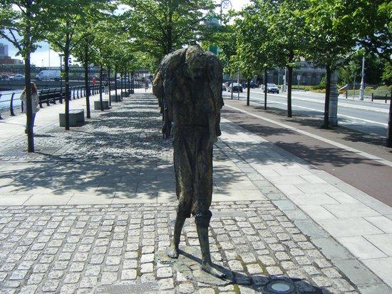 The Famine Sculpture: IL PADRE COL BIMBO SENZA VITA SULLE SPALLE
