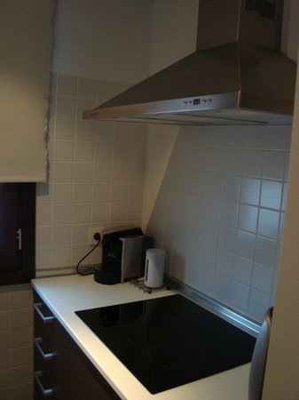 Elvira Suites: кухня - правая зона (кофеварка, плита, холодильник)