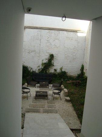 Elvira Suites: место для курения во дворе