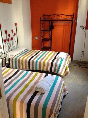 slaapkamer met twee eenpersoonsbedden op de derde ver ping