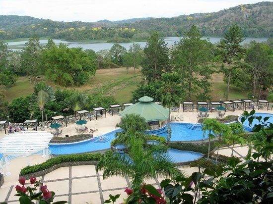 Gamboa Rainforest Resort : Blick von der Terrasse auf Pool und Chagres Fluss