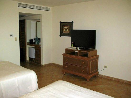 Gamboa Rainforest Resort: Fernseher mit Kommode und Minikühlschrank
