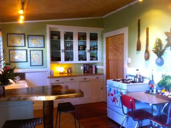 Hilo Bay Hale Bed & Breakfast: Enjoy the kitchen anytime for making meals.