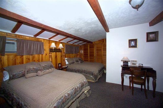 Covered Wagon Resort: Cabin 5 two full size beds