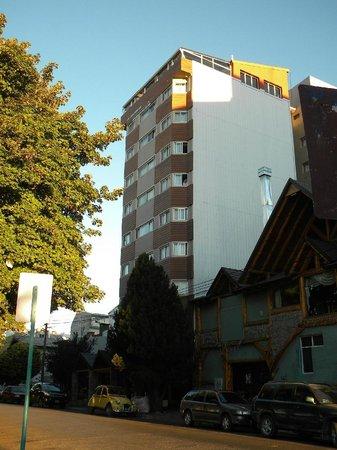 Hotel Plaza Bariloche : Vista del hotel desde la calle
