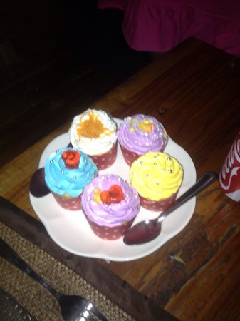 Rabeang Pasak Tree House Resort: Lovely cupcakes served at dinner!! Yummy