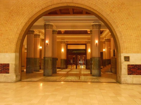 St. Louis Union Station Hotel, Curio Collection by Hilton: Side exit and entrance of Hotel