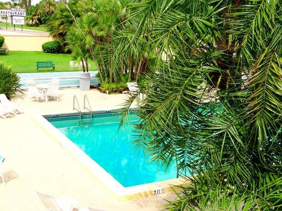 Golden Host Resort: pas trop mal de l'extérieur mais chambres vieillotes bien que spacieuses
