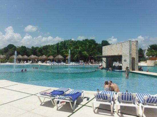 Grand Sirenis Riviera Maya Resort & Spa: Swim up bar - lots of free beds!