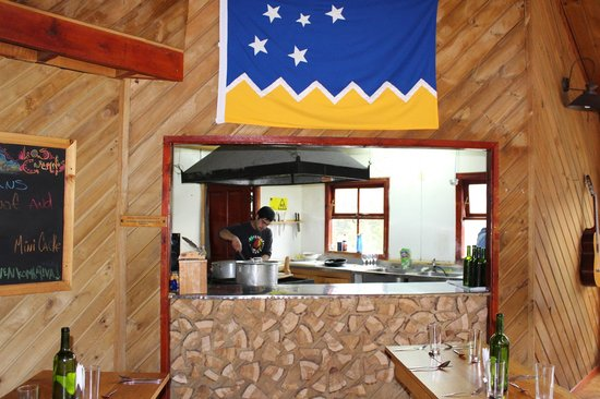 Refugio, Camping and Cabins Los Cuernos: Kitchen next to dining room