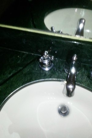 Orlando Metropolitan Resort: No hot water faucet knob is not working.