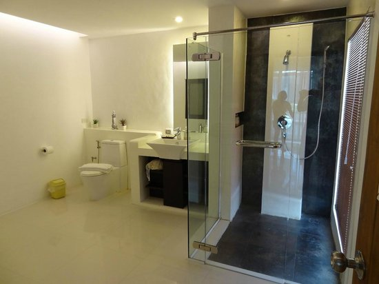 Yatale The Resort: Bathroom and shower