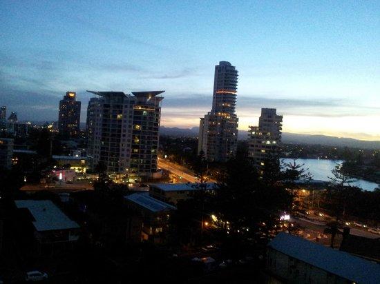 Regent Apartments: Vista da sacada- noite