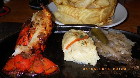 Puerto Madero Cancún: Lobster, filet, and mashed potatoes