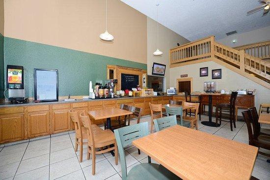 Americas Best Value Inn & Suites Flint Airport: Breakfast Sitting Area