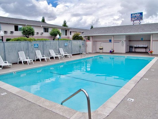 GuestHouse Inn & Suites Eugene / Springfield: Pool view