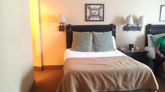 Six Flags Great Escape Lodge & Indoor Waterpark: 2 of 3 queen beds - room 2