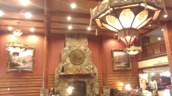 Six Flags Great Escape Lodge & Indoor Waterpark: lobby fireplace