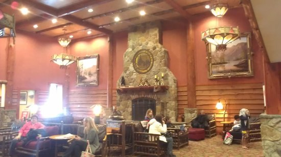 Six Flags Great Escape Lodge & Indoor Waterpark : lobby fireplace
