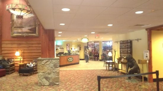 Six Flags Great Escape Lodge & Indoor Waterpark : small coffee shop and kid's craft area