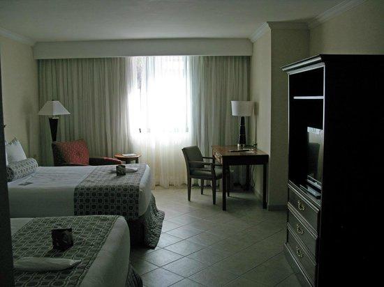 Crowne Plaza Panama: Kommode mit Fernseher und Schreibtisch
