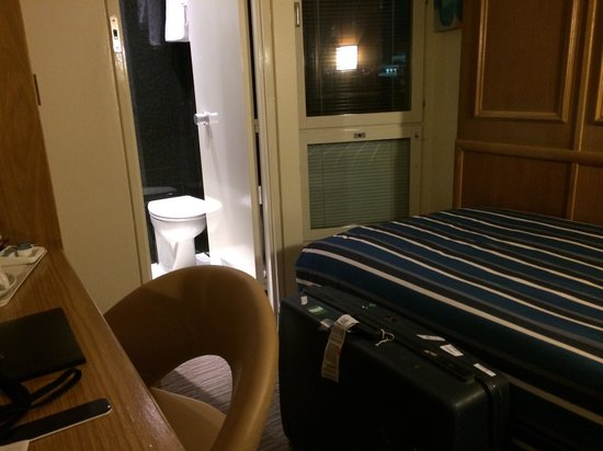 St Giles London - A St Giles Hotel: Is this the smallest hotel room EVER?