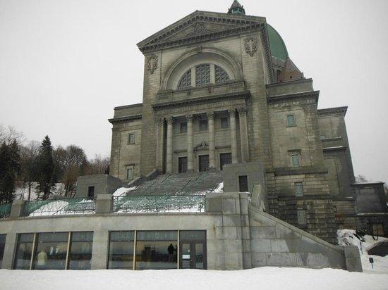 Notre-Dame Basilica: Catedral desde el patio externo