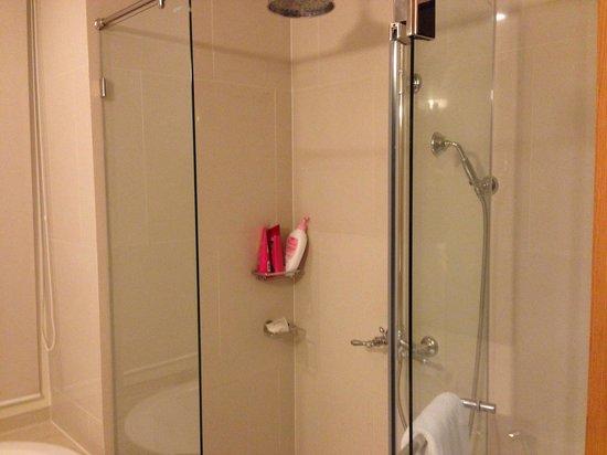 The Empire Place Condo: シャワールーム 水圧が強く快適です。