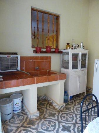 Hostal Antonio y Mary: La cocina pequeña con la refrigerador por las invitados