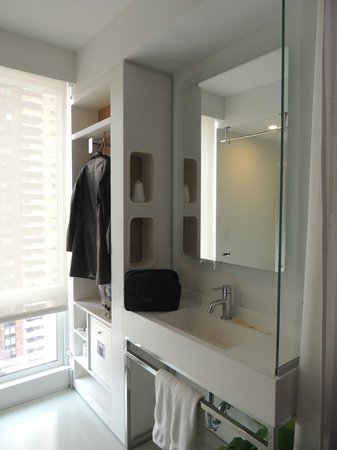 YOTEL New York: Banheiro da cabine lavatório e área com ferro de passar