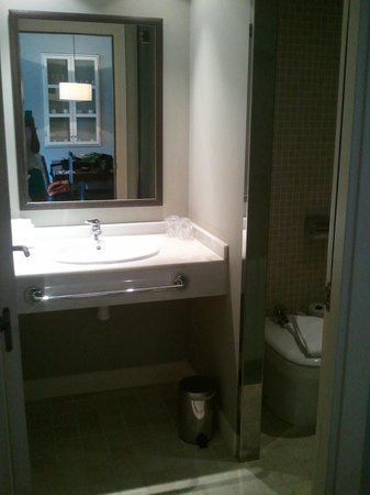 HG Cerler: Baño con inodoro y ducha independiente