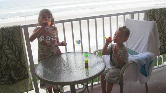 Oceania Beach Club: Blowing bubbles on the balcony