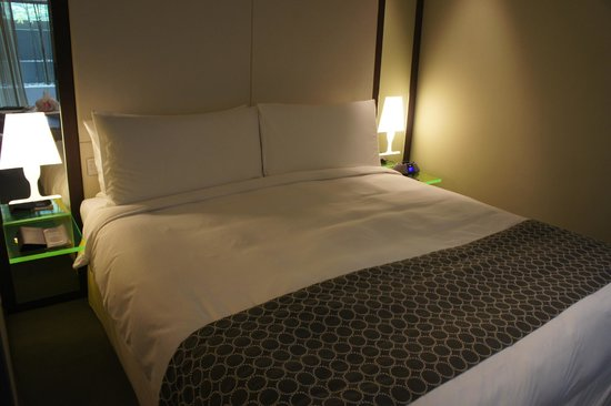 Klapstar Boutique Hotel: Bedroom with funky 'lamps'