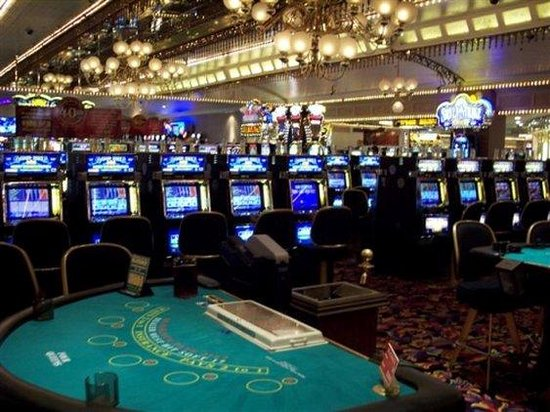 4 queens hotel and casino review