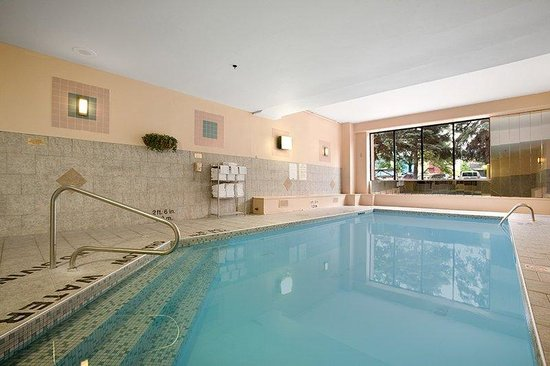 Travelodge Hotel Downtown Windsor: Relax in our Heated Pool