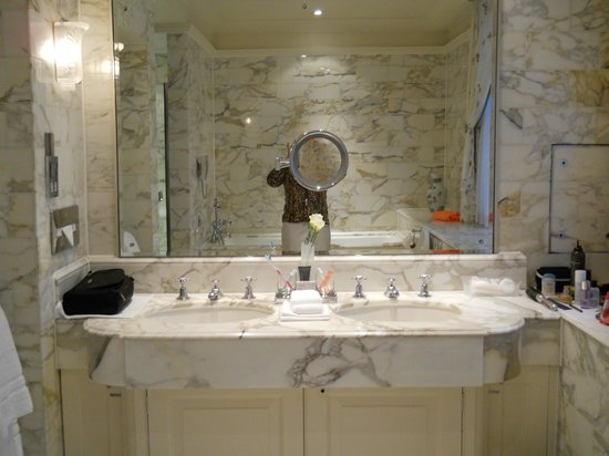 The Dorchester : Bathroom with Soaking Tub