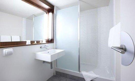Campanile Orléans Sud - La Source : salle de bain