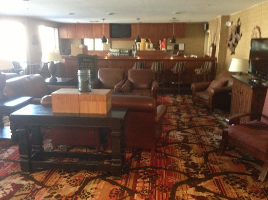 Embassy Suites by Hilton Flagstaff: Bar area