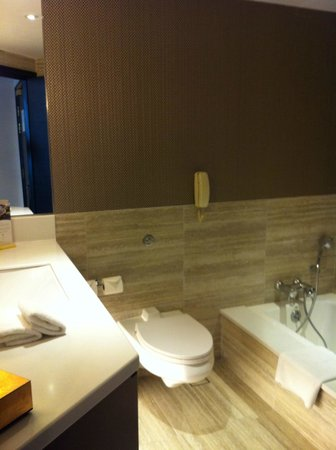 Pan Pacific Orchard: large bath