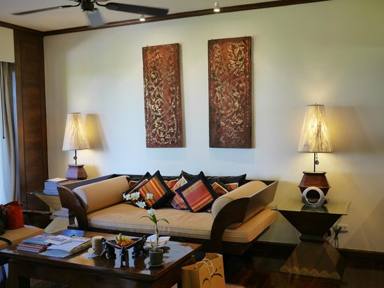 Anantara Golden Triangle Elephant Camp & Resort: lounge sofa in suite