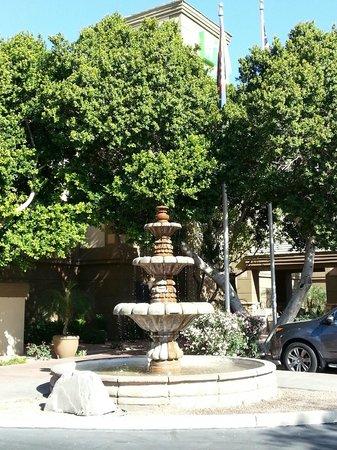 Holiday Inn Express Phoenix Downtown: Pretty Fountain...