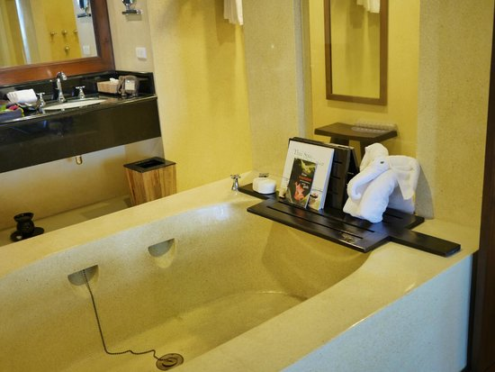 Anantara Golden Triangle Elephant Camp & Resort: spacious bath tub