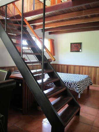 Arco Iris Lodge : Hotel room with bed and staircase to loft