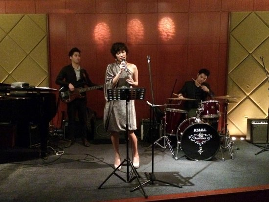 Royal Orchid Sheraton Hotel & Towers: The band in the lobby bar