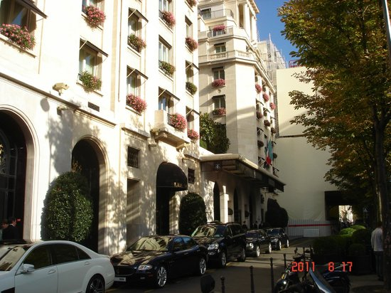 Four Seasons Hotel George V Paris: FRENTE DEL HOTEL