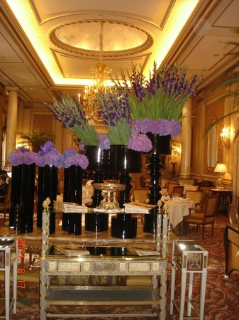 Four Seasons Hotel George V Paris : Entrada al comedor