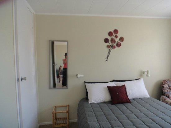 Ormond Street Motel : Queen bed Unit with two single beds in Lounge area